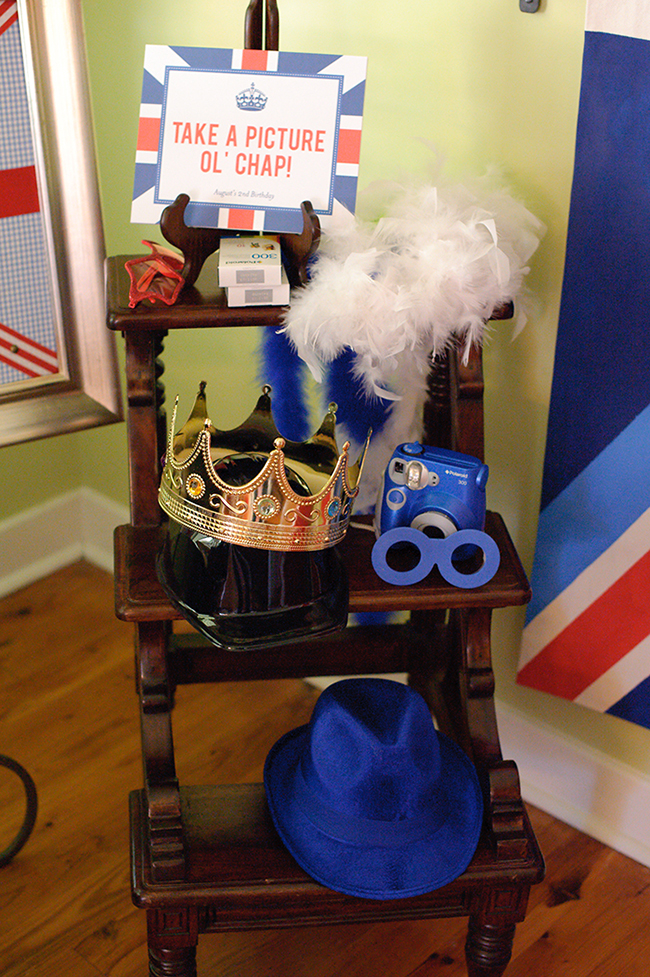 """London Calling"" 2nd birthday party - photo booth! DIY printable sign from Chickabug"