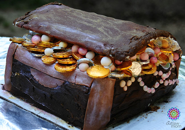 How to make a treasure chest birthday cake for a pirate party