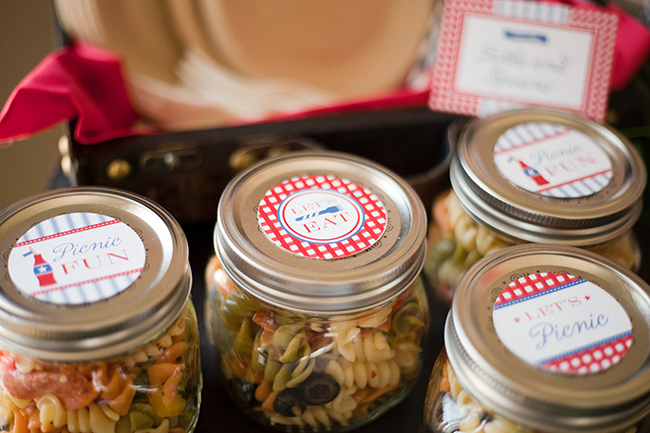 Pasta salad in a jar - Indoor vintage picnic with printables from Chickabug