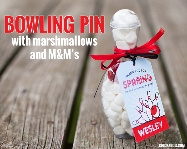The best ever bowling party favors! Candy-filled bowling pins with printable tags from Chickabug