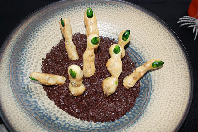 Halloween party food: Witches' fingers