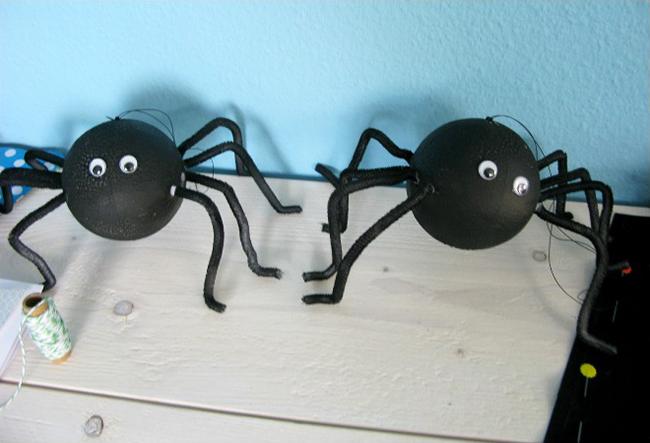 DIY spider decorations for Halloween